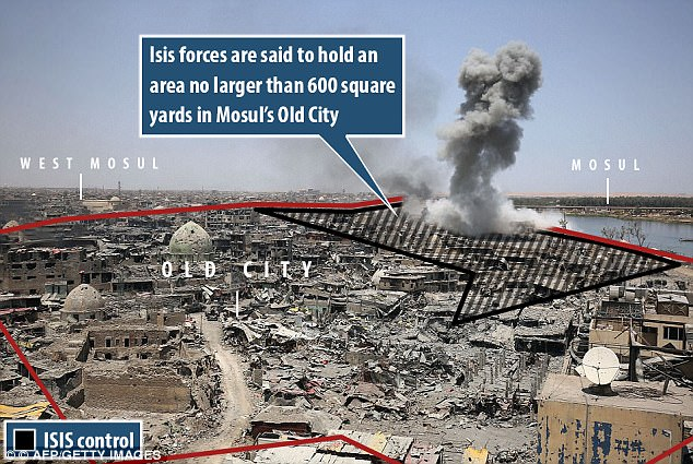 La zona sombreada de color negro muestra la pequeña porción de Mosul todavía bajo control estatal islámico, que se dice que no es mayor de 600 metros cuadrados en la Ciudad Vieja, que se muestra dentro de la frontera roja