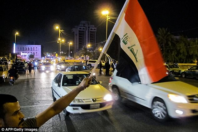 Los coches tocaban su bocinazo mientras la gente ondeaba banderas iraquíes en Bagdad para celebrar la derrota de ISIS