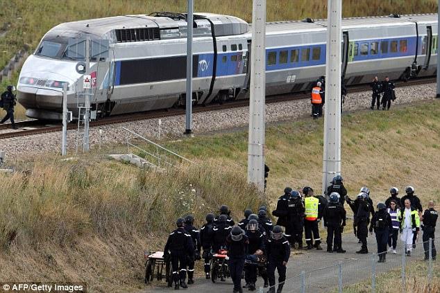 Los fanáticos de ISIS están animando a los partidarios en Occidente a realizar más ataques de lobo solitario descarrilar trenes y explotar gasoductos y oleoductos (foto, la policía francesa realiza ejercicios de terror para hacer frente a un ataque de tren)
