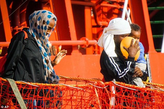 Hombres, mujeres y niños desembarcan en el puerto de Salerno, Italia, después de ser rescatados en el mar
