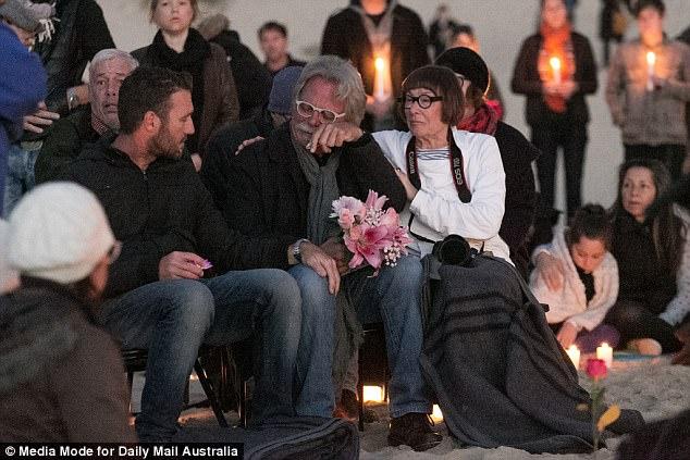 La familia afligida y amigos de Justine Damond se reunieron al amanecer en una playa de Sydney para una vigilia silenciosa y profundamente espiritual (en la foto es el padre de la Sra. Damon, John Ruszczyk llorando durante la vigilia)