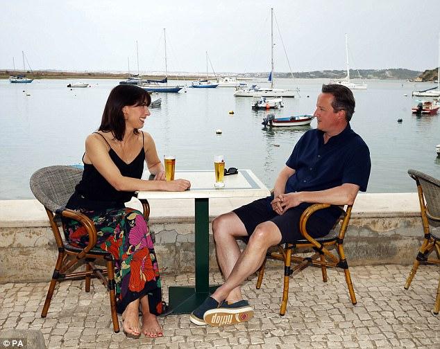 David Cameron e sua moglie Samantha hanno fatto viaggi regolari in Portogallo (foto nell'agosto 2015) e Cornovaglia durante i suoi sei anni nel numero 10