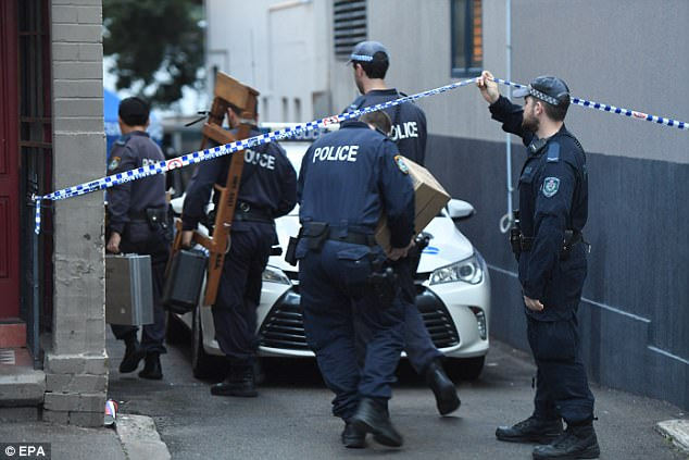 Nueva Gales del Sur Oficiales de policía llegan a una escena del crimen en Surry Hills en Sydney el lunes