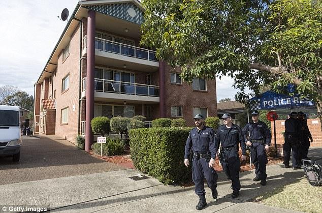 Policía en un complejo de apartamentos en la calle Sproule, Lakemba, escenario de una de las incursiones