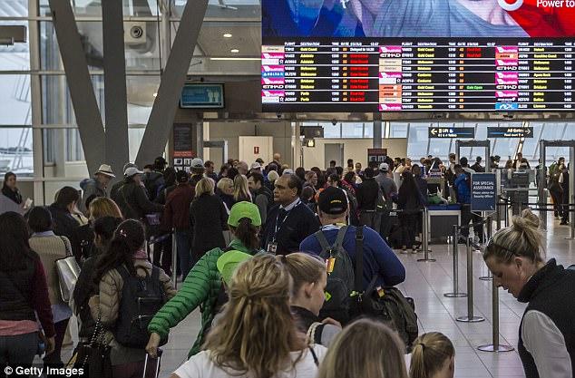 Los viajeros experimentan retrasos en los aeropuertos australianos después de que se incrementara la seguridad