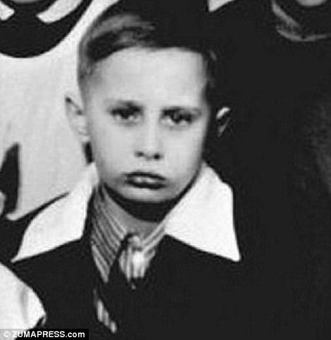 Владимир Путин родился в тогдашнем советском городе Ленинграде - ныне Санкт-Петербурге - в 1952 году,