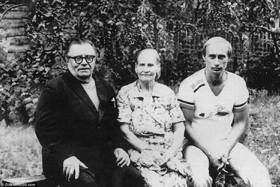 Сбор семьи: Путин изображен вместе со своим отцом - также именем Владимира Путина - и его матерью летом 1985 года, незадолго до того, как его отправили в тайную миссию в Восточную Германию, работая русским шпионом под прикрытием переводчика. Он начал изучать немецкий язык в старшей школе и имел умение владеть языком, свободно развиваясь во взрослой жизни