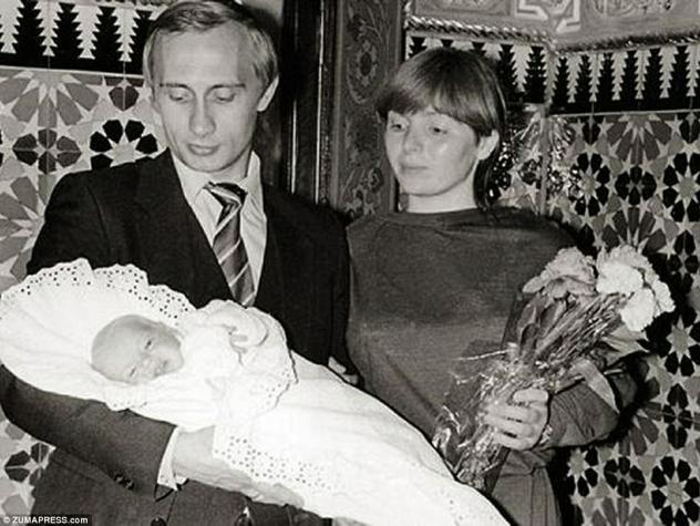 Гордый отец: старейшая из двух дочерей пары, Мария Путина, родилась в 1985 году. Путин был известен своей личной карьерой на протяжении всей своей политической карьеры и старался изо всех сил удержать двух своих дочерей от общественной жизни