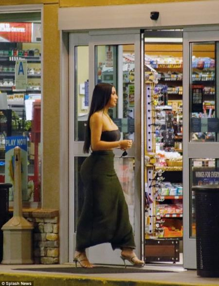 Kim Kardashian put her curvaceous figure on show in a strapless tube top (Photos)