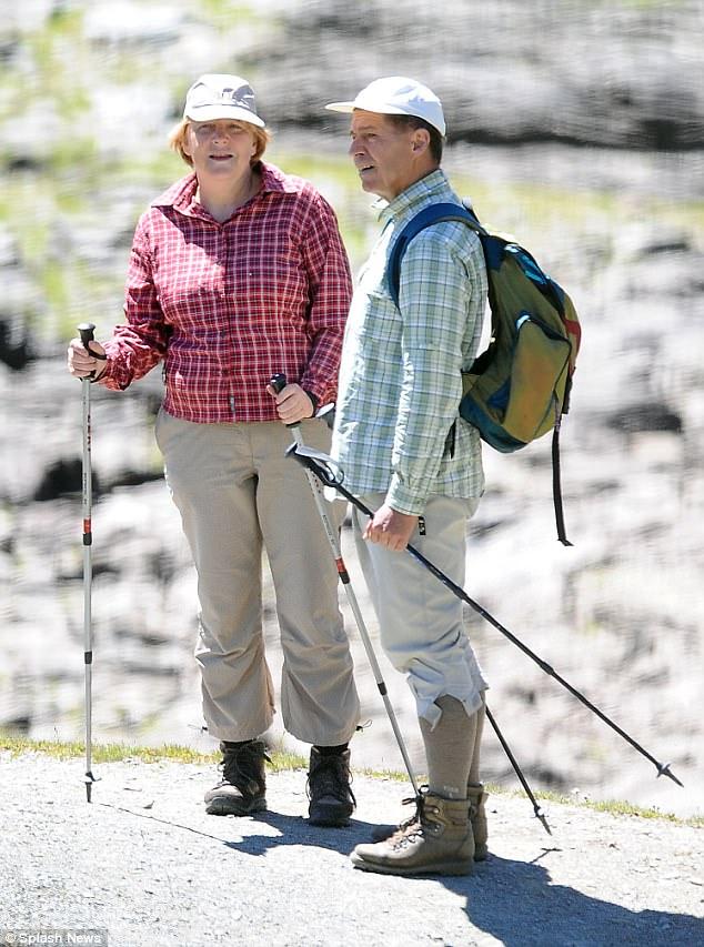 Il 63enne sta godendo una vacanza con il marito Joachim Sauer nelle montagne Ortles del nord Italia. Qui è riportata qui nel 2013, con la stessa camicia rossa e pantaloni bianchi da trekking
