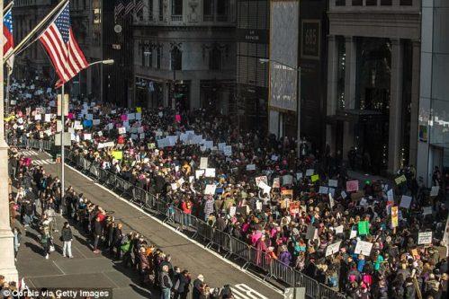 「フィフスアベニューホテルは、1800年代の小説「最後の大統領」で、暴徒の怒りを最初に感じるでしょう。 2017年1月21日、トランプ大統領就任式の5日目にトランプインターナショナルに近づく行進者のシーン