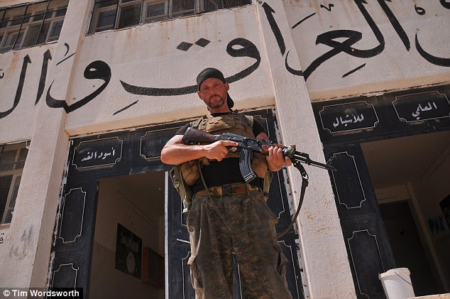 Tim le dijo a MailOnline sobre los horrores indescriptibles que presenció durante su estancia en Siria, pero también dijo que había una mentalidad de 'wolfpack' entre los kurdos
