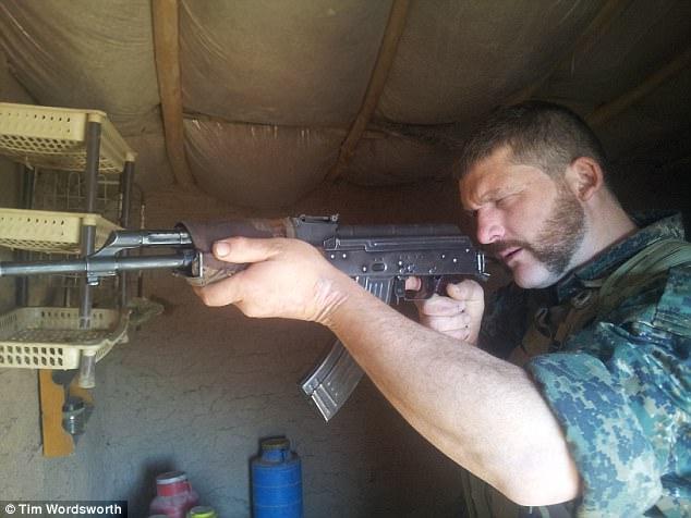 Inmediatamente después de llegar a la guardia de YPG en Siria, Tim fue rastreado debido a su experiencia militar y se le dio un M16, dos granadas y cuatro revistas de munición