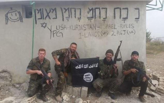 Tim (segunda derecha) luchó junto a Joe Robinson (a la izquierda) en Siria con los kurdos - la semana pasada fue arrestado en Turquía por delitos de terrorismo