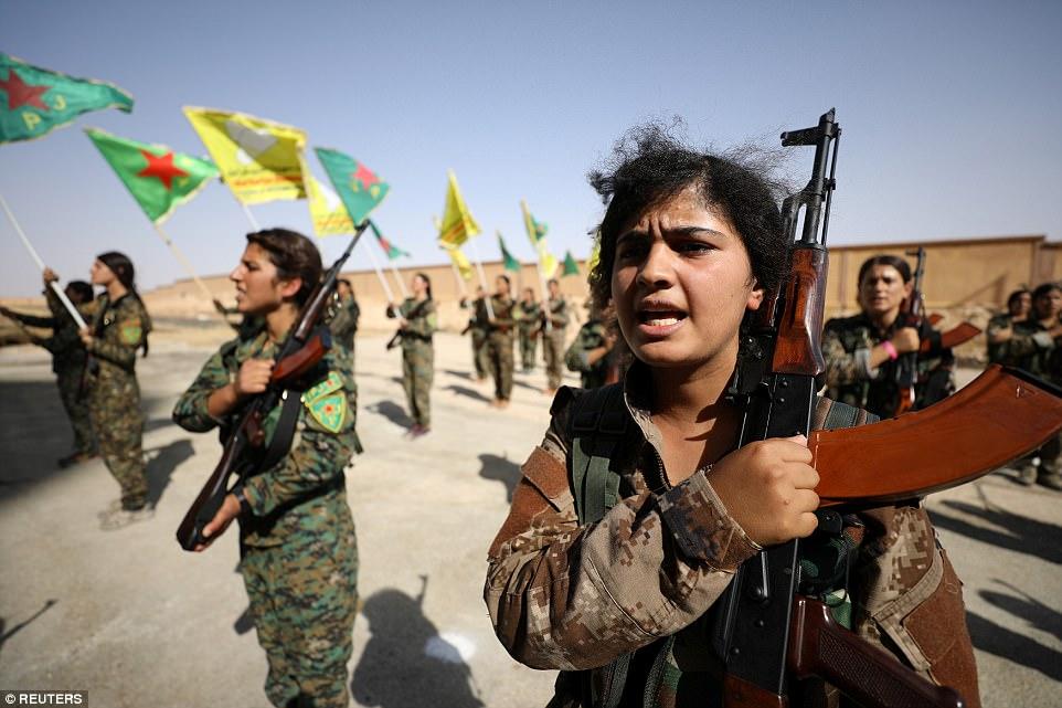 La SDF está dominada por la milicia kurda YPG, que sigue la ideología izquierdista de Abdullah Ocalan, líder del Partido de los Trabajadores del Kurdistán (PKK) que ha luchado contra una insurgencia de tres décadas en Turquía