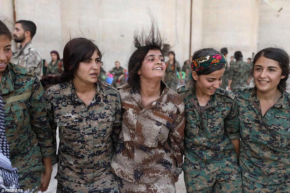 Jihan Sheikh Ahmed, portavoz de SDF para la campaña de Raqqa, dijo que las mujeres serían desplegadas principalmente al frente de batalla contra el estado islámico en Raqqa