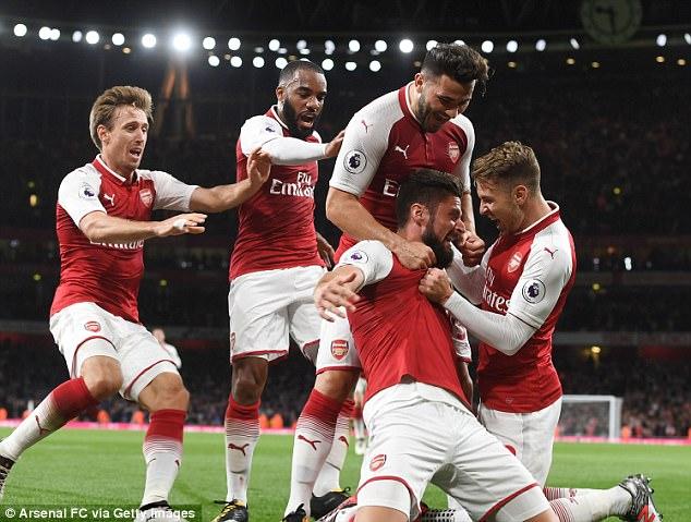A los partidarios se les dirá que lleguen temprano a los juegos y minimicen lo que llevan, ya que las búsquedas de bolsas pueden reducir la entrada a los terrenos.  En la foto: Olivier Giroud celebra el anotar el cuarto gol del Arsenal anoche