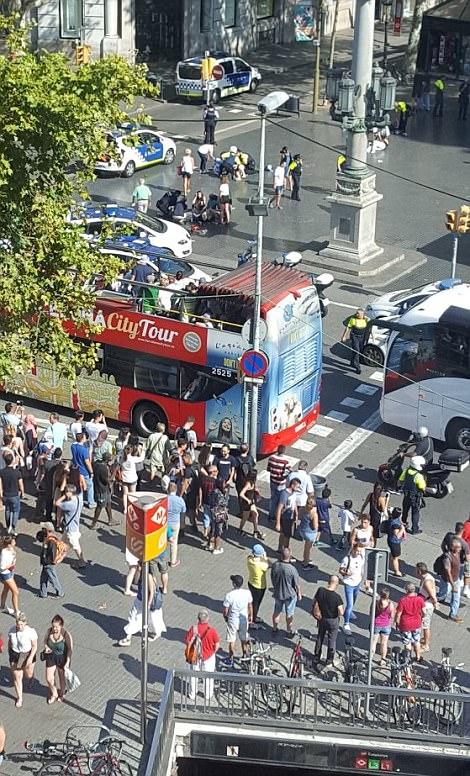 En la foto: los servicios de emergencia corriendo a la escena