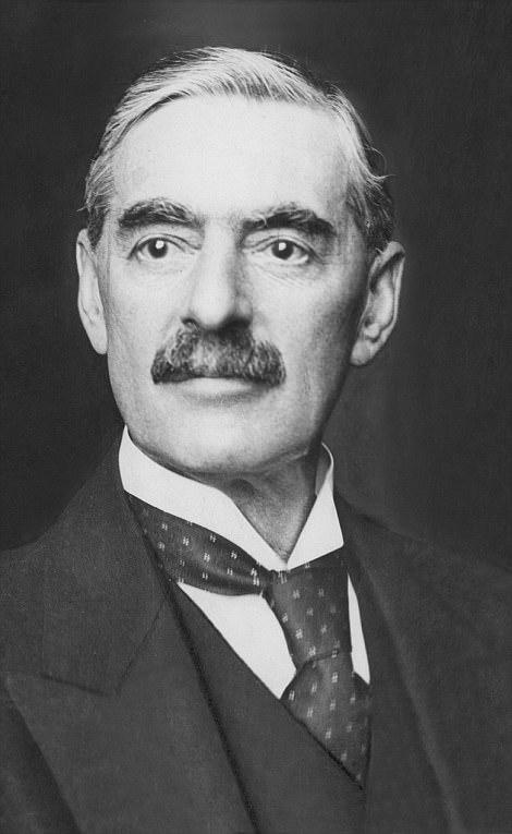M. Chamberlain, représenté, a été critiqué de façon marquée sur sa politique d'apaisement bien que certains historiens aient justifié ses actions en affirmant que le public ne voulait pas une guerre avec l'Allemagne en 1938