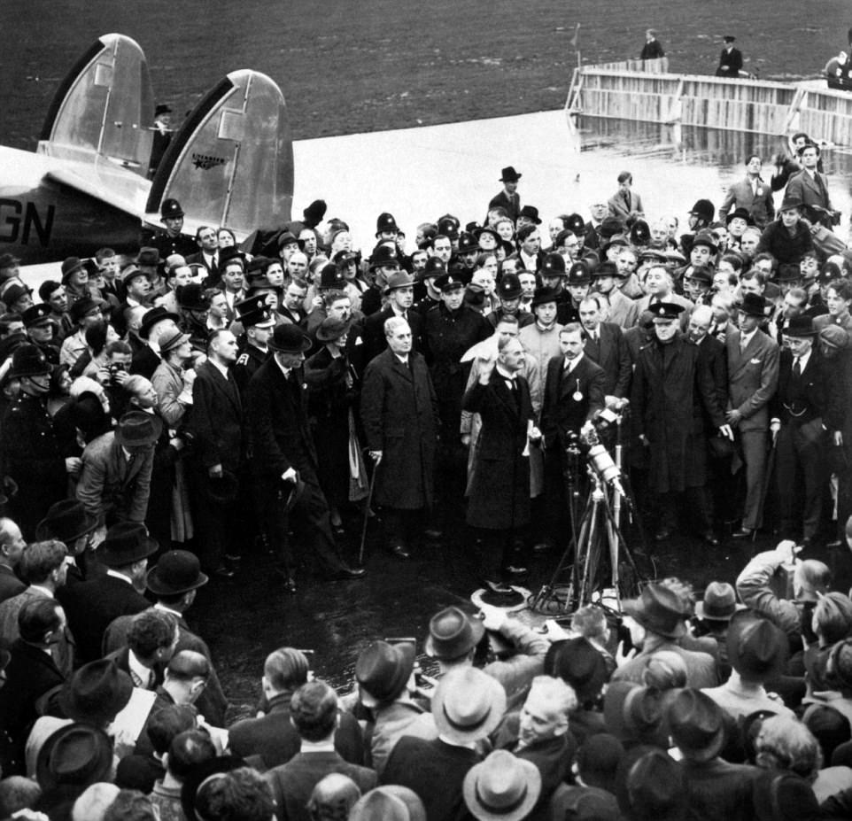 L'héritage de Chamberlain a été défendu par certains, avec les acclamations et les applaudissements qu'il a reçus lors du discours, imaginé, utilisé comme preuve que le pays ne voulait pas aller en guerre et n'était pas préoccupé par l'invasion de la Tchécoslovaquie. Chamberlain est représenté sur le maintien de l'accord signé qu'il croyait que la guerre serait évitée