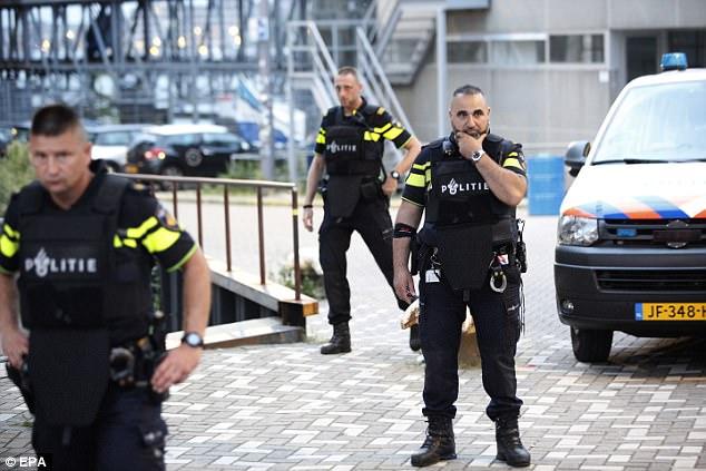 Los oficiales armados se abalanzaron sobre el concierto después de un consejo de colegas españoles sobre un posible ataque terrorista casi una semana después de la atrocidad de Barcelona