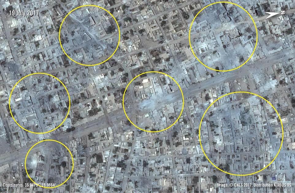Las Fuerzas Democráticas de Siria lanzaron su asalto final contra Raqqa en junio, respaldado por el apoyo aéreo estadounidense.  En la foto se encuentran áreas civiles en la zona de la encrucijada de Ihsewa que han sido gravemente dañadas desde que comenzó la lucha