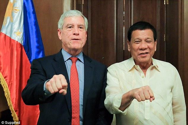 Sólo días después de la producción del video gráfico, el jefe de la agencia de inteligencia de Australia, Nick Warner (foto, izquierda) viajó a Manila para conocer al presidente Rodrigo Duterte (foto, a la derecha)