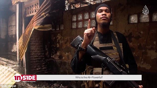 Un video de propaganda y reclutamiento (en la foto) producido por ISIS en Filipinas marca a Australia como el 'perro de guardia regional' de los Estados Unidos junto con una llamada general para la Jihad.