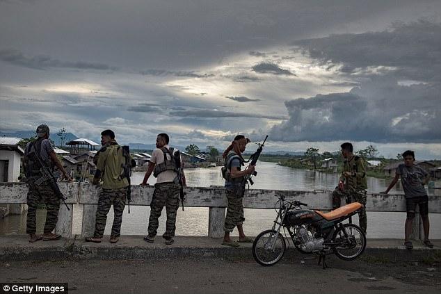 Las fuerzas armadas de Filipinas han sido apoyadas por otros grupos militantes opuestos al ISIS, como el Frente Moro de Liberación Islámica (foto)