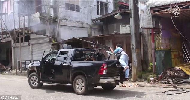 Los combatientes de ISIS (en la foto) se muestran comprometidos en un feroz combate urbano en las calles de Marawi