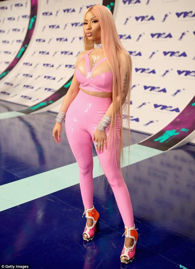 VMAs 2017 Nicki Minaj Flaunts Curves In Skintight Pink