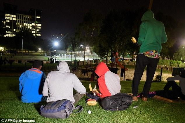 Los jóvenes se extienden sobre la hierba, colgando la ropa de las vallas de los patios de recreo, pero al amanecer el Parc Maximilien volverá a la normalidad, cuando los inmigrantes se dirigen a la estación de ferrocarril o continúan su viaje hacia el norte