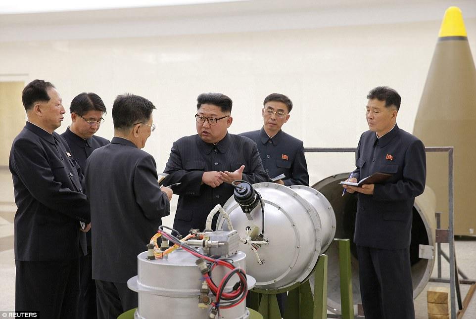 Las fotos publicadas ayer muestran al líder del país Kim Jong-un inspeccionando el dispositivo de hidrógeno que prometió que se cargaría en un nuevo misil balístico intercontinental