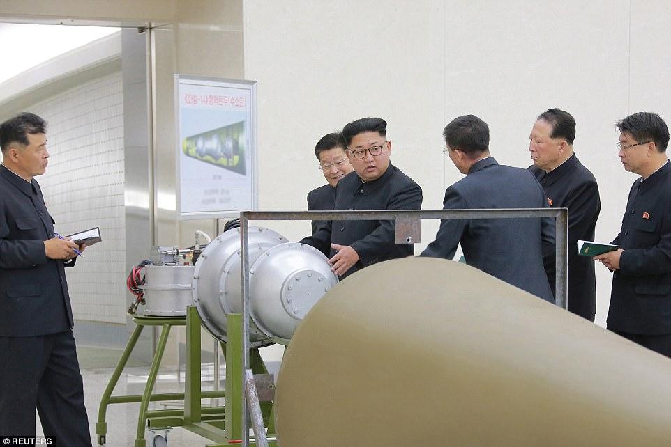 El poder de la bomba de hidrógeno es ajustable y puede ser detonado a grandes altitudes, dijo Corea del Norte (Kim en fotos publicadas el domingo)