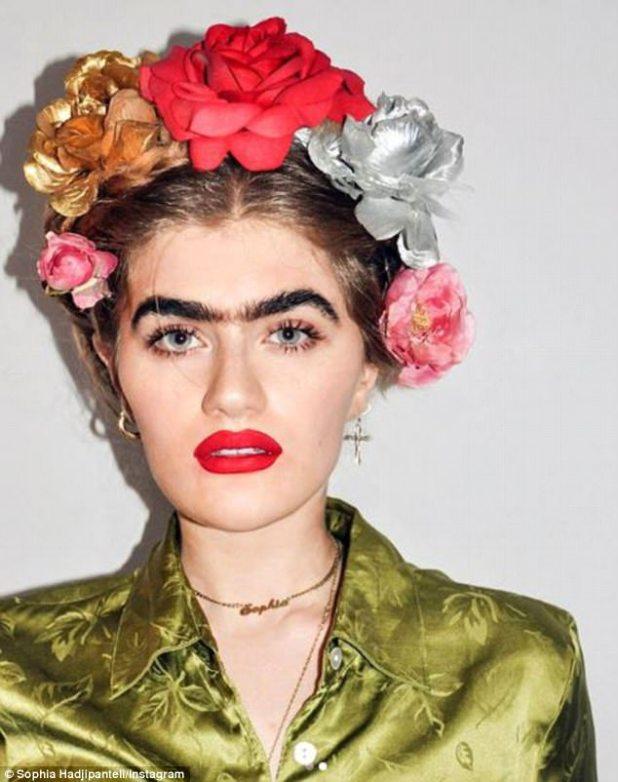 Rindiendo homenaje: Sophia recientemente compartió fotos de ella misma vestida como la artista mexicana Frida Kahlo, quien también fue conocida por su unibrow