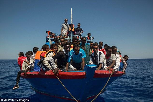 1. Los terroristas se esconden entre los barcos: bandas criminales de traficantes de personas han transportado un gran número de migrantes, cada uno pagando miles de libras en barcos peligrosamente sobrecargados que cruzan de Libia a Italia.  Las autoridades en Europa son impotentes para detener la inundación humana y temen que los terroristas estén ocultos entre los recién llegados