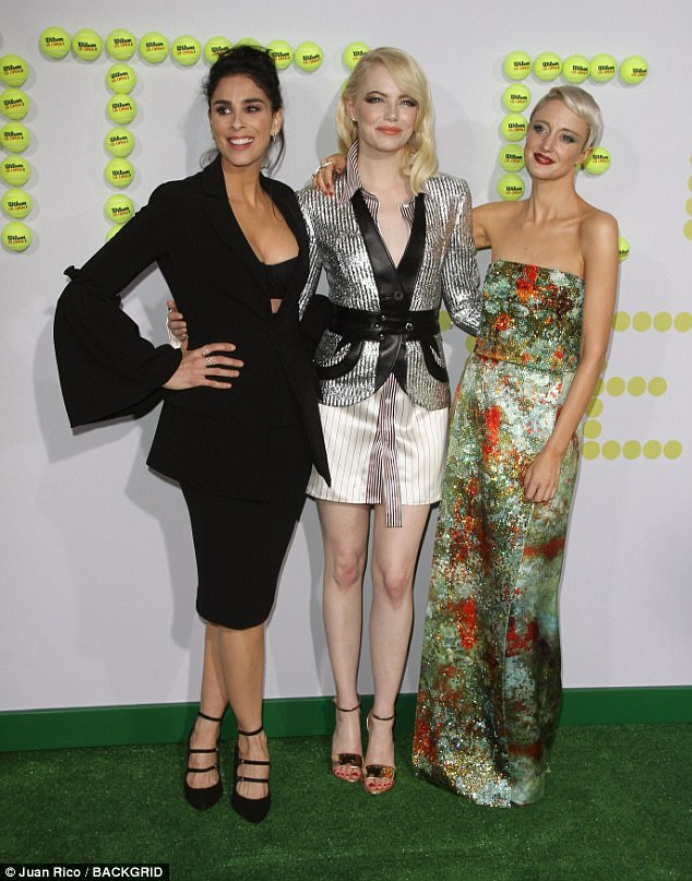 Babes: Sarah beamed as she posed with Emma Stone and Andrea
