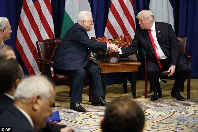 """El presidente Donald Trump dice que está dando las conversaciones de paz en Oriente Medio.  """"Siempre ha sido considerado el más difícil de todos ... pero creo que tenemos una oportunidad muy, muy buena"""", dijo el miércoles a Mahmoud Abbas de Palestina"""