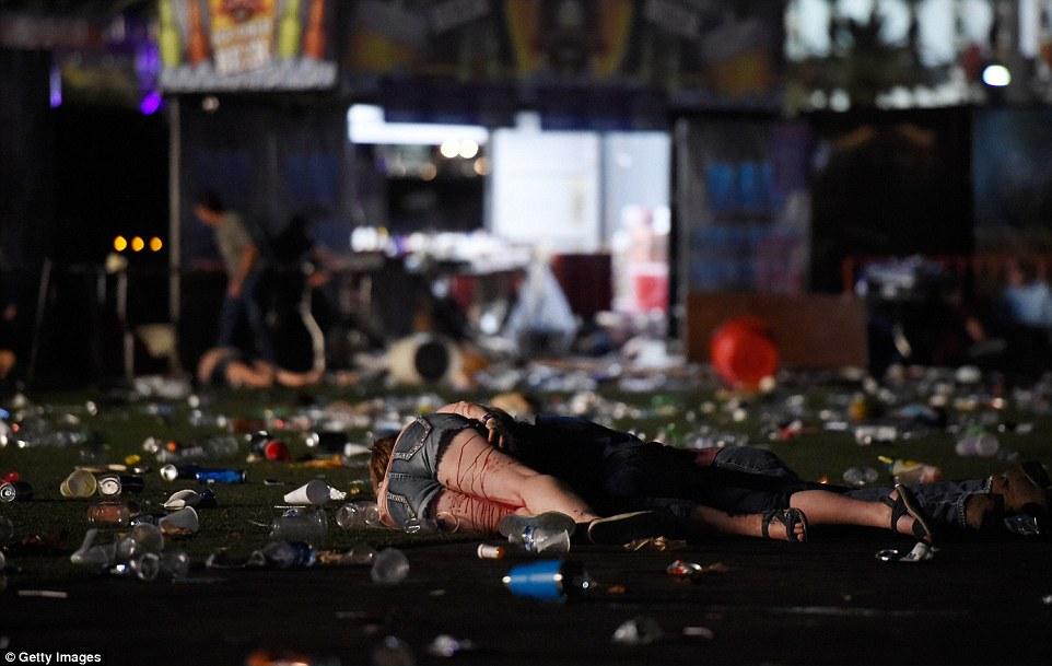 La gente se encuentra en el suelo en el festival de música a raíz del ataque. Un tirador también se informó en el piso 29, pero no está claro si era el mismo tirador