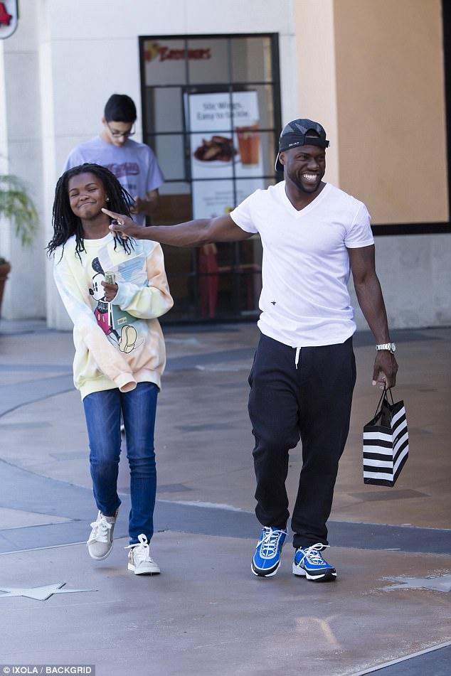 Happy Family: Plus tôt dans la journée, Kevin a été vu faire des courses avec sa fille Heaven, 12 ans.