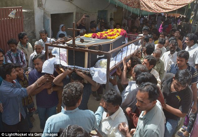 Pakistani Christians mourn during the funeral of the March 27 suicide bombing victims