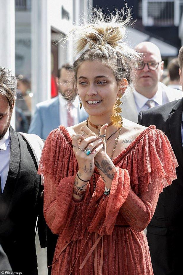Boho belleza!  La plétora de tatuajes de la belleza se exhibió en el vestido transparente Morrison de color herrumbre