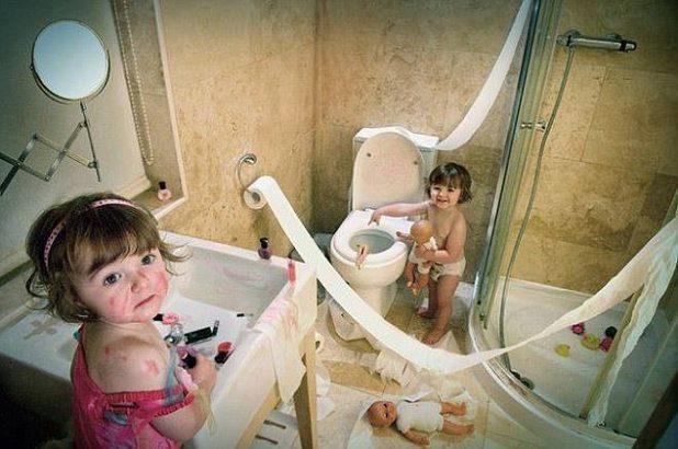 En medio de esta escena de carnicería de papel higiénico y pintalabios manchados, una muñeca está a punto de encontrarse con un final acuoso en el inodoro