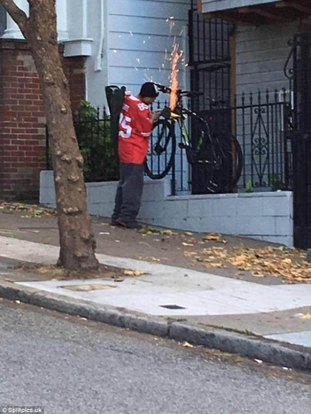 Not even hiding it: A cycle thief burns through a lock in broad daylight