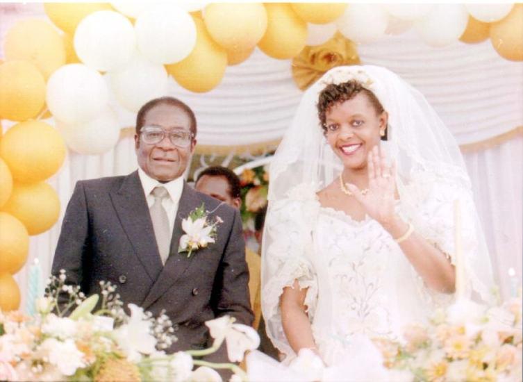 El primer ministro de Zimbabwe, Robert Mugabe, con su nueva esposa, Grace Marufu, después de su ceremonia de boda en la misión católica de Kutama, a 80 kilómetros al oeste de Harare, donde el presidente de Zimbabwe fue educado