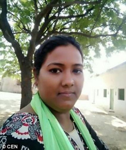 Zakira Ali Sheikh (en la foto antes del incidente) de la India, fue atacada con ácido por su marido porque consiguió un trabajo