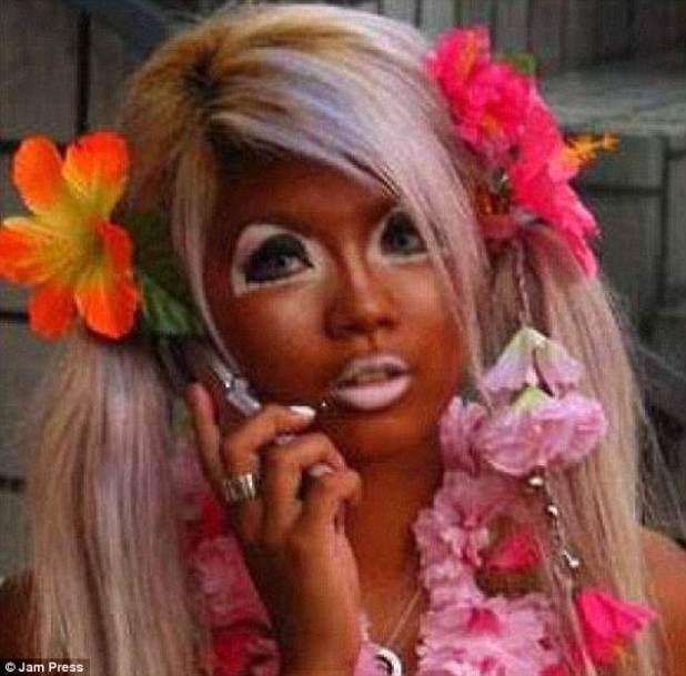 Lío caliente: Esta mujer tenía marcas blancas alrededor de los ojos después de ir al agua en el bronceado falso