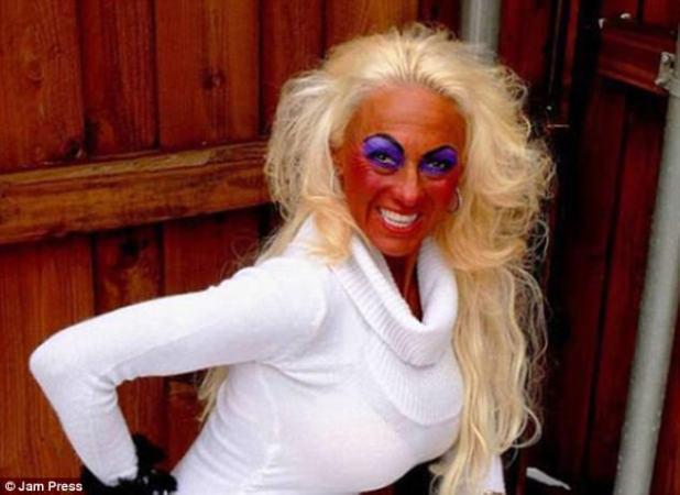 Ido por la borda: esta mujer usaba un tono de bronceado falso que era demasiado oscuro para su tono de piel