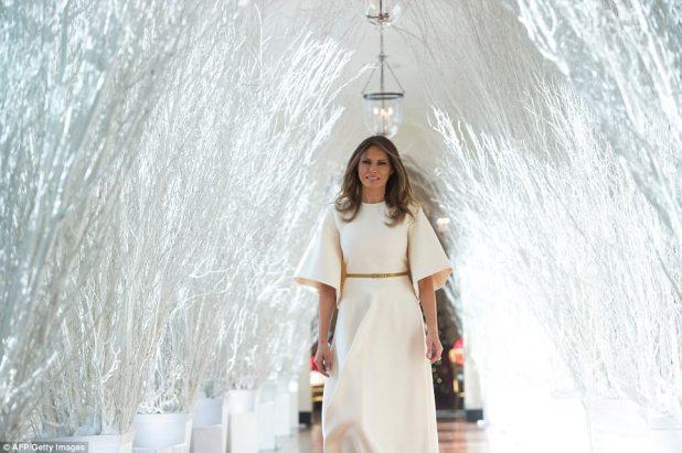 """La primera dama Melania Trump fue contada por uno de sus jóvenes huéspedes que parecía """"un ángel"""" cuando invitó a los jóvenes a la Casa Blanca el lunes como parte de las decoraciones navideñas revelan"""