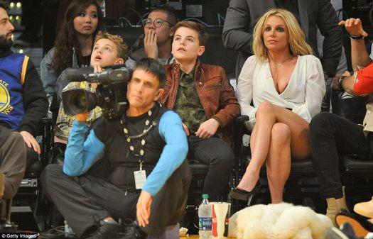 Mamá devota: Britney aseguró que sus hijos obtuvieran los mejores asientos de la casa para el evento deportivo